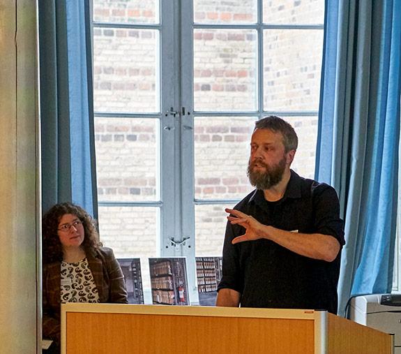 Arkivar Asbjørn Thomsen fortæller forestående arbejde med at skabe manuelle links.